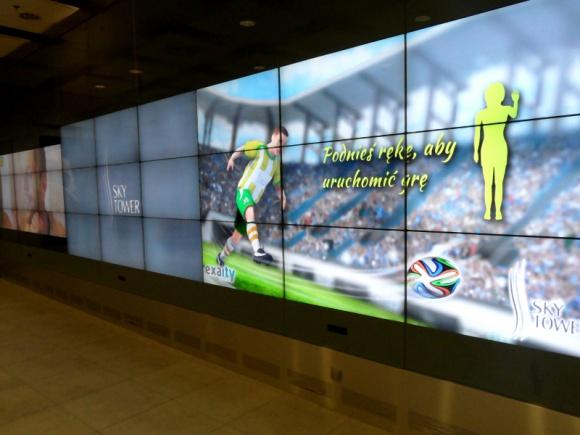 Mundial na największej ścianie interaktywnej w Europie LIFESTYLE, IT i technologie - Od 12 czerwca osoby odwiedzające Galerię Handlową Sky Tower we Wrocławiu, mogą oglądać mecze piłkarskich Mistrzostw Świata w Brazylii na ekranie multimedialnym, który jest największym tego typu obiektem na Starym Kontynencie.