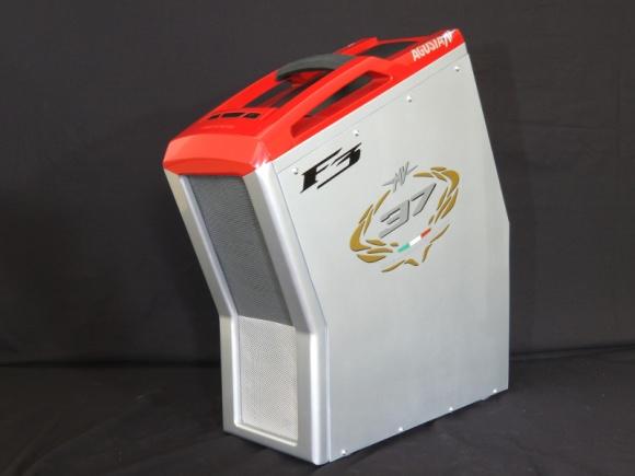 Pecet jak ścigacz MV Agusta F3 - zobacz niewiarygodny mod laureata Case Mod Worl LIFESTYLE, IT i technologie - Komputery, poza praktyczną rolą potężnych maszyn obliczeniowych, mogą ocierać się o sztukę i być ciekawymi, designerskimi przedmiotami. Podobnie jak moda, odpowiedni wygląd peceta może dużo mówić o jego właścicielu. A jak będzie wyglądać komputer fana sportowych motocykli?