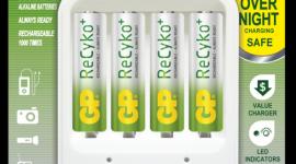 Na co zwrócić uwagę przy kupnie ładowarek i akumulatorów? LIFESTYLE, IT i technologie - Bateria jest podstawowym źródłem zasilania urządzeń przenośnych. Ze względu na dbałość o środowisko oraz czynniki ekonomiczne warto zrezygnować z jednorazówek na rzecz akumulatorów. Jakie akumulatory i ładowarki wybrać?
