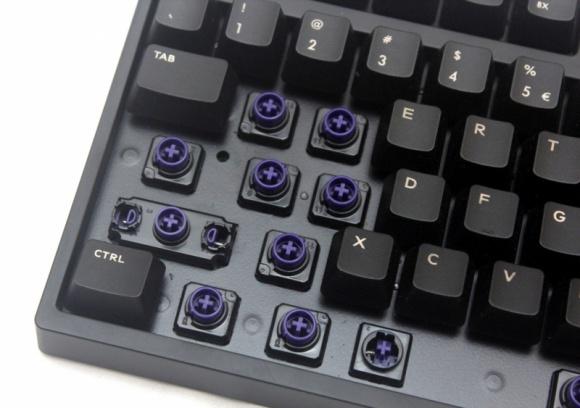 I dla gracza, i pisarza - przełączniki hybrydowe LIFESTYLE, IT i technologie - Jedną z ciekawszych klawiatur dla graczy jakie można spotkać na rynku jest model NovaTouch TKL firmy Cooler Master. Zamiast standardowych przełączników Cherry, zastosowano w niej przełączniki hybrydowe. Ale czym właściwe one są i co oferują graczom?