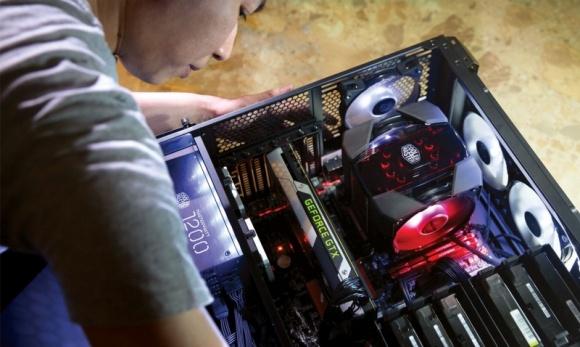 """Cooler Master prezentuje najnowszą serię """"Maker"""" LIFESTYLE, IT i technologie - Samo złożenie PC-eta z wybranych przez siebie części jeszcze nie czyni z niego jedynego w swoim rodzaju. By osiągnąć taki efekt, potrzebne są głębsze zmiany i niemal pełna swoboda działań. Taką wolność, za pośrednictwem serii """"Maker"""", zamierza dać użytkownikom Cooler Master."""
